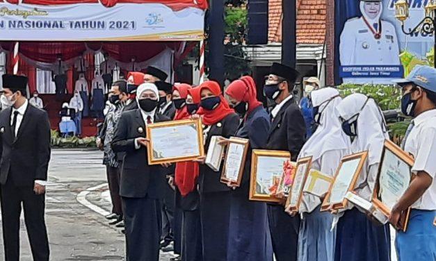 Kepala SMKN 2 Buduran Mendapat Penghargaan Gubernur JATIM